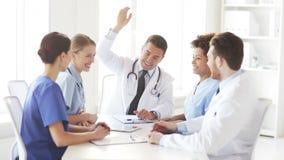 Grupo de doctores felices con las manos en el top en la clínica almacen de video