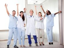 Grupo de doctores felices que sonríen y que agitan imagen de archivo