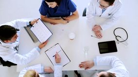 Grupo de doctores que discuten el cardiograma en el hospital metrajes
