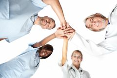 Grupo de doctores que ensamblan las manos con la opinión de ángulo inferior imagenes de archivo