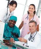 Grupo de doctores que hablan en una oficina Foto de archivo libre de regalías