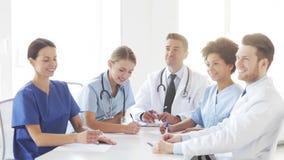 Grupo de doctores que se encuentran en el seminario en hospital almacen de video