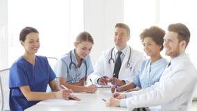 Grupo de doctores que se encuentran en el seminario en hospital metrajes