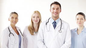 Grupo de doctores sonrientes almacen de metraje de vídeo