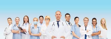 Grupo de doctores sonrientes con el tablero Imagen de archivo