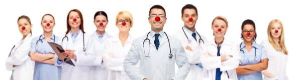 Grupo de doctores sonrientes en el día rojo de la nariz imagenes de archivo