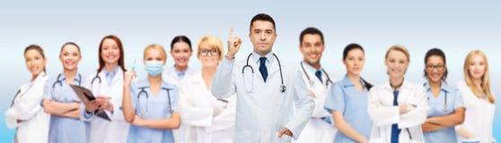 Grupo de doctores y de enfermeras con el tablero Fotos de archivo