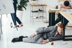 grupo de dormir agotado de los empresarios imagenes de archivo