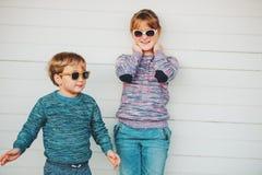Grupo de dos niños divertidos que juegan junto afuera Imágenes de archivo libres de regalías