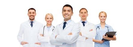 Grupo de doutores de sorriso com prancheta Fotografia de Stock