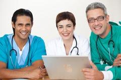 Grupo de doutores em uma reunião foto de stock royalty free