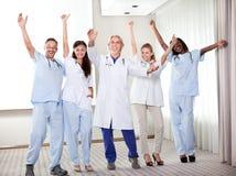 Grupo de doutores felizes que sorriem e que acenam imagem de stock