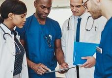 Grupo de doutores multirraciais Fotografia de Stock Royalty Free