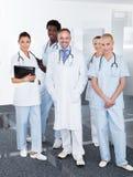 Grupo de doutores multirraciais felizes Fotografia de Stock Royalty Free