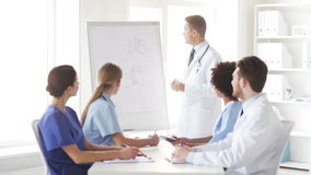 Grupo de doutores na apresentação no hospital filme