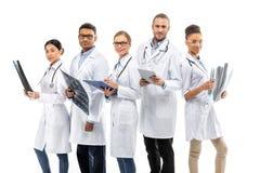 Grupo de doutores profissionais de sorriso dos jovens que estão junto Fotografia de Stock Royalty Free