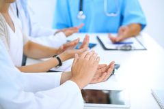 Grupo de doutores que aplaudem na reunião médica Feche acima das mãos do médico Trabalhos de equipa na medicina fotografia de stock