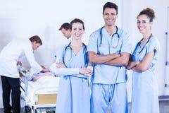 Grupo de doutores que discutem e que examinam o relatório do raio X imagem de stock