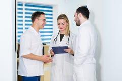 Grupo de doutores que discutem e que trabalham junto imagens de stock royalty free