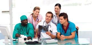Grupo de doutores que examinam um raio X Imagem de Stock