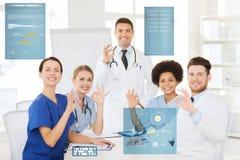 Grupo de doutores que mostram o sinal aprovado da mão no hospital Fotografia de Stock Royalty Free