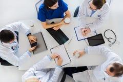 Grupo de doutores que têm a ruptura de café no hospital imagens de stock
