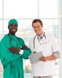 Grupo de doutores que trabalham junto foto de stock