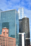 Grupo de edificios céntrico de la ciudad por el río Chicago Foto de archivo libre de regalías