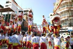 Grupo de ejecutantes del baile del león durante la celebración Imagen de archivo libre de regalías