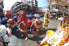 Grupo de ejecutantes del baile del león durante la celebración Fotografía de archivo