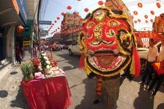 Grupo de ejecutantes del baile del león durante la celebración Imágenes de archivo libres de regalías