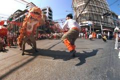 Grupo de ejecutantes del baile del león durante la celebración Imagen de archivo