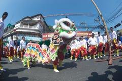 Grupo de ejecutantes del baile del león durante la celebración Foto de archivo
