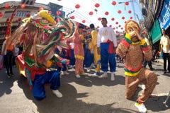 Grupo de ejecutantes del baile del león durante la celebración Fotografía de archivo libre de regalías