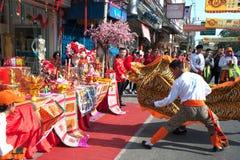 Grupo de ejecutantes del baile del león durante la celebración Fotos de archivo libres de regalías