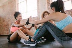 Grupo de ejercicio femenino en gimnasio foto de archivo libre de regalías