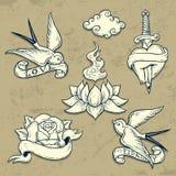 Grupo de elementos da tatuagem da velha escola com crânios Fotos de Stock