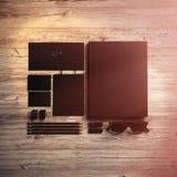 Grupo de elementos de marcagem com ferro quente no fundo de madeira Efeitos da luz solar 3d rendem Imagem de Stock