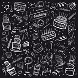 Grupo de elementos estilizados do aniversário no fundo do quadro-negro Bolos, balões, desejos e decorações Ske tirado mão do veto ilustração royalty free