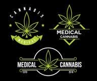 Grupo de emblema médico verde do cannabis, logotipo etiquetas clássicas do vintage no fundo preto Fotografia de Stock Royalty Free