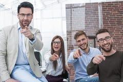 Grupo de empleados que señalan sus fingeres en usted Foto de archivo