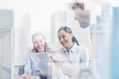 Grupo de empresários de sorriso que encontram-se no escritório Imagens de Stock