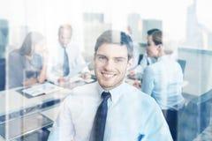 Grupo de empresários de sorriso que encontram-se no escritório Fotografia de Stock Royalty Free