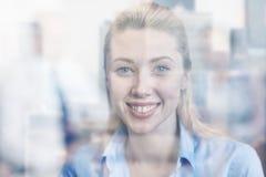 Grupo de empresários de sorriso que encontram-se no escritório Foto de Stock