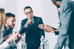 grupo de empresários muliethnic que têm a conversação fotos de stock