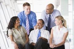 Grupo de empresários na entrada fotos de stock royalty free