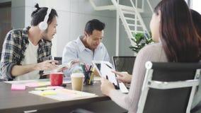 Grupo de empresários ocasionalmente vestidos que discutem ideias no escritório
