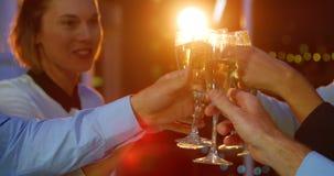 Grupo de empresários que brindam vidros do champanhe video estoque