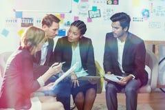 Grupo de empresários que discutem Imagem de Stock Royalty Free