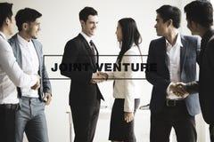 Grupo de empresários que fazem o aperto de mão no escritório ventur comum imagem de stock